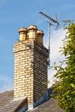 Antennes de télévision sur la cheminée Photos stock