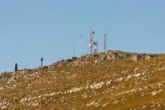 Antennes de transmission sur une côte rocheuse. Photographie stock