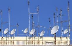 Antennes de TV et antennes paraboliques pour recevoir la télévision et la radio Photo stock