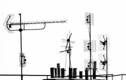 Antennes et tuyaux sur le dessus de toit Photo libre de droits