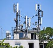 Antennes op de bovenkant van een gebouw Stock Afbeeldingen