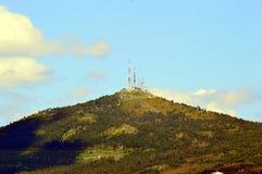 Antennes op de helling Luchtlandbouwbedrijf bovenop de berg royalty-vrije stock foto