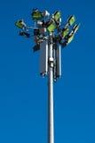 Antennes par radio de pylône et lampes vertes de rue Images stock