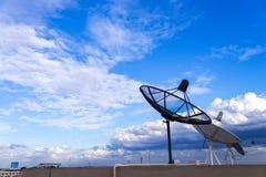 antennes paraboliques/antenne sur le toit du bâtiment avec le bleu Image libre de droits
