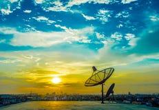 Antennes paraboliques avec le coucher du soleil Photos stock