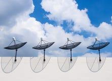 Antennes paraboliques de dessus de toit Photos libres de droits