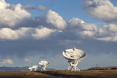Antennes paraboliques de rangée très grande Images stock