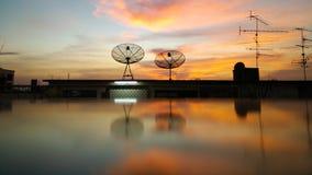 Antennes paraboliques paraboliques aux toits de bâtiment Photo libre de droits
