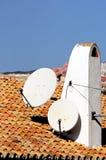 Antennes paraboliques sur la cheminée, Espagne. Photo libre de droits