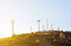 Antennes sur le dessus de la colline Images libres de droits
