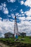 Antennetoren bovenop een heuvel royalty-vrije stock foto's