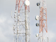 Antennetoren van mededeling en hemelachtergrond Stock Foto