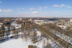 Antennfluga över för Pushkin för vårSt Petersburg förort sikt stad på gatadag Royaltyfri Foto