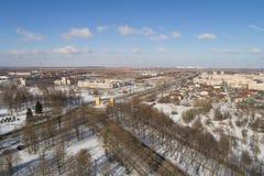 Antennfluga över för Pushkin för vårSt Petersburg förort sikt stad på gatadag Royaltyfria Bilder