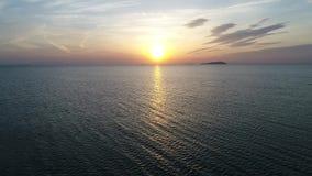 Antennframflyttningssikt av det lugna havet på solnedgången stock video