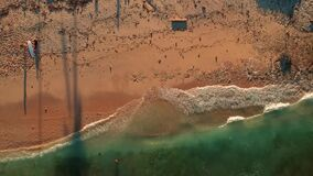 Antennskott över en orörd naturlig strand med vågor för att surfa stock video