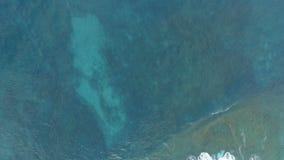 Antennskott av blå havyttersida och skummande vågor lager videofilmer