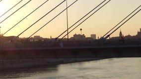 Antennskott av cyklister och bilar som fortskrider den moderna guyed bron över Vistulaet River mot Warszawahorisont Royaltyfri Foto