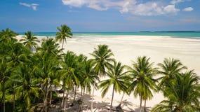 Antennskott av den öde tropiska stranden Arkivfoton