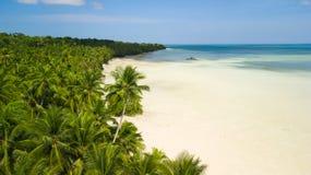 Antennskott av den öde tropiska stranden för vit Arkivfoto
