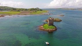 Antennskott av den medeltida slottstalkeren på västkusten av Skottland vid Appin arkivfilmer