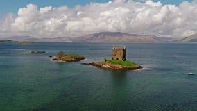 Antennskott av den medeltida slottstalkeren på västkusten av Skottland vid Appin stock video