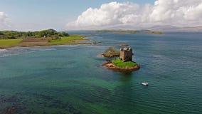 Antennskott av den medeltida slottstalkeren på västkusten av Skottland vid Appin lager videofilmer