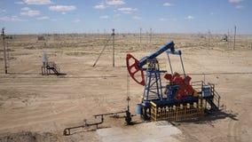 Antennskott av en pump Jack In The Sand Desert 60fps arkivfilmer