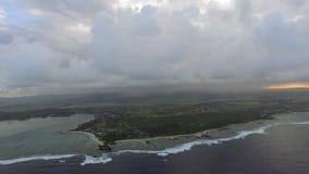 Antennskott av Mauritius med låga moln och blåa lagun stock video