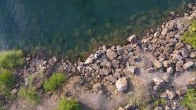 Antennskott av par på sjön och kullarna lager videofilmer
