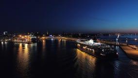 Antennskott av platsen med skeppet som kryssar omkring för att port på havet på natten lager videofilmer