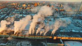 Antennskott av rök som böljer från industribyggnad stock video