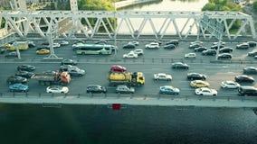 Antennskott av stadshuvudvägtrafikstockning på en bilbro i rusningstiden arkivbilder