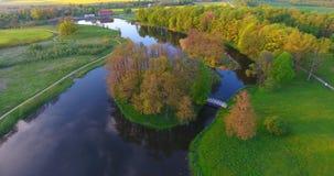 Antennskott Flyg över en flod, en skog och bygd stock video