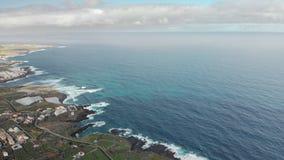 Antennskott Lång kustlinje, starka vågor Blått gränslöst hav och vulkanisk kust Begreppet av semestern och semestern arkivfilmer
