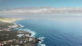Antennskott Lång kustlinje, starka vågor Blått hav och vulkanisk kust En liten stad på kusterna av Atlanten lager videofilmer