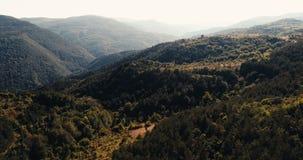 Antennskott med långsam flyttning över härliga berg med hög kontrast lager videofilmer