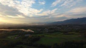 Antennskott, ursnyggt landskap på solnedgången, med solsignalljuset i mitt av slätten lager videofilmer