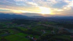 Antennskott, ursnyggt landskap på solnedgången, med solsignalljuset i mitt av slätten stock video