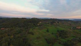 Antennskott, ursnyggt landskap på solnedgången, med solsignalljuset i mitt av slätten arkivfilmer