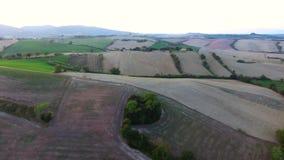 Antennskott, ursnyggt tuscany kullelandskap med solnedgångljus, tuscany flygparad arkivfilmer
