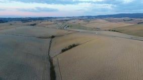 Antennskott, ursnyggt tuscany kullelandskap med solnedgångljus, tuscany flygparad stock video