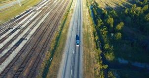 Antennskott väg för bilkörning Skogjärnväg drev soligt lager videofilmer