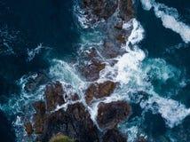 Antennskottet av att slå för vågor vaggar på havkust royaltyfri bild