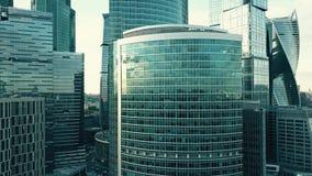 Antennskottet av den moderna skyskrapan specificerar reflekterande stadsscape Royaltyfria Foton