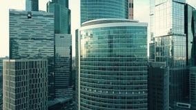 Antennskottet av kontorsskyskrapan specificerar reflekterande himmel och cityscape Fotografering för Bildbyråer