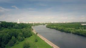 Antennskottet av Moskvafloden och Kolomenskoe parkerar invallningen Arkivbilder