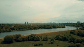 Antennskottet av Moskvahorisonten som sett från Kolomenskoe parkerar invallningen Royaltyfri Fotografi
