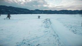 Antennskottlandskap som täckas med snö på vintern stock video