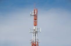 Antenntorn av kommunikationen och blå himmel Arkivfoto